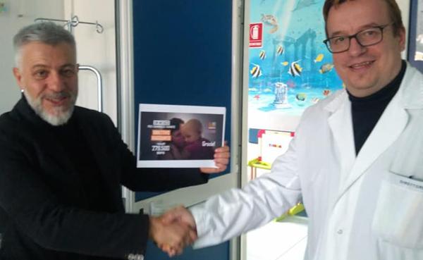 Il Presidente di Soleterre Onlus Damiano Rizzi stringe la mano al dott. Valerio Cecinati, all'ospedale SS. Annunziata di Taranto